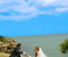 Foto degli sposi in riva al mare