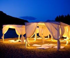 Gazebi allestiti in spiaggia per il matrimonio