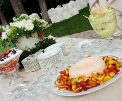 Dettaglio del buffet di frutta e dolci