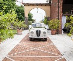 La Corte del Belo - L'entrata della location con l'auto degli sposi