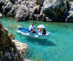 Grotta del Conte - Gli sposi in barca