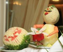 Frutta scolpita per l'allestimento del banchetto di nozze