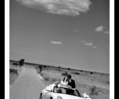 Fotografia deglis sposi sulla macchina da cerimonia