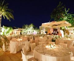Allestimento dei tavoli per il matrimonio