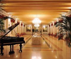 Interni della location di nozze con pianoforte