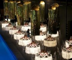 Allestimento della sala con tavoli luminosi modo eventi foto 1 - Tavoli rotondi per catering ...