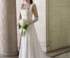 Vestito da sposa con applicazione di rose in tessuto sulle spalline