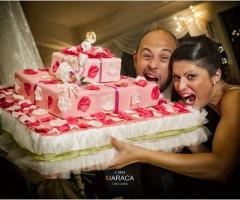 Foto simpatica degli sposi con la torta nuziale