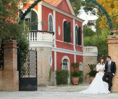 Gli sposi all'ingresso della villa