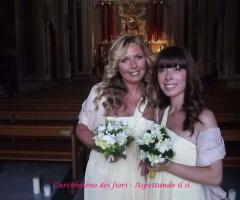 Damigelle con il bouquet durante il matrimonio