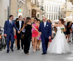 Fotografia degli sposi con gli invitati di nozze