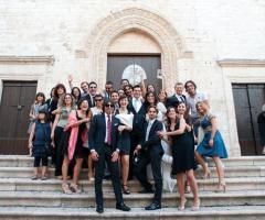 Fotografia degli sposi con gli invitati al completo