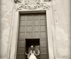 Foto della sposa all'entrata della chiesa