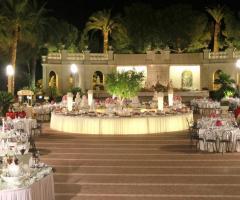 Il buffet illuminato per il matrimonio