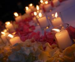 Decorazione con fiori e candele per il tavolo della torta di nozze