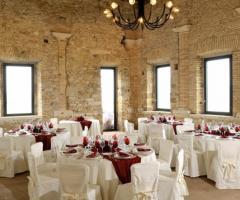 Abbazia di Sant'Andrea in Flumine - Dettagli rossi per il ricevimento di nozze