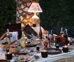 Allestimento del tavolo dei sigari, cioccolato e whiskey