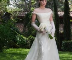 Abito da sposa con spalline scivolate e guanti