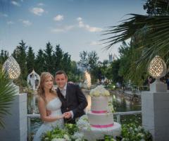 Gli sposi durante il taglio della torta