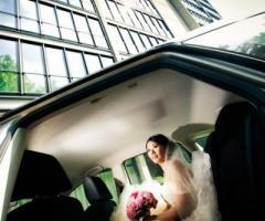 Foto della sposa nella macchina da cerimonia