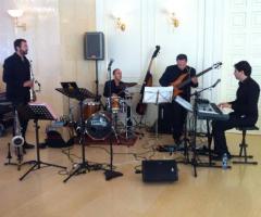 Gli All Music Band suonano durante un matrimonio