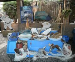Tavolo buffet del pesce al ricevimento di matrimonio a Napoli