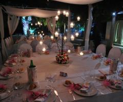 Tavoli allestiti in rosa per le nozze