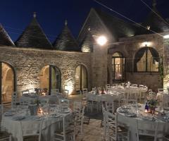 Masseria Grieco - L'allestimento dei tavoli all'aperto di sera