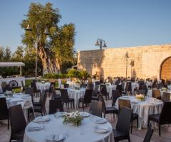 Casale San Nicola - Allestimento dei tavoli all'aperto