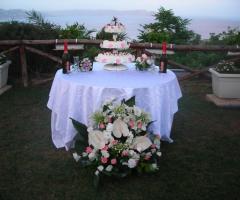 Allestimento tavolo della torta nuziale