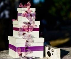 Bomboniere di matrimonio e macchina fotografica per gli ospiti