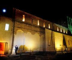Abbazia di Sant'Andrea in Flumine illuminata di sera