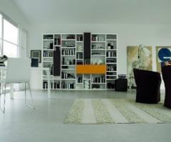 Soggiorno moderno con libreria per la casa degli sposi