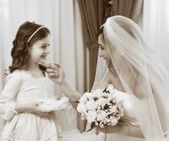 Foto in bianco e nero della sposa con la damigella
