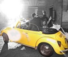 Fotografia degli sposi sul maggioino giallo