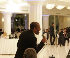 Orlando Johnson canta durante un matrimonio