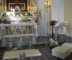 Chiesa addobbata di bianco per la cerimonia nuziale