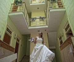 Fotografia della sposa che scende le scale di casa