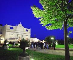 Ricevimento di nozze serale nel parco della location