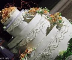 Torta nuziale con decorazioni floreali
