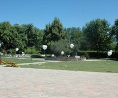 Allestimento con palloncini per gli sposi
