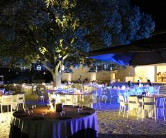 Masseria Torre di Nebbia - Allestimento dei tavoli all'aperto di sera
