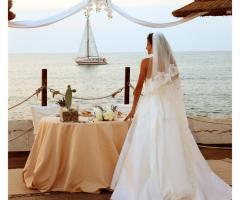 La sposa durante il suo matrimonio sulla spiaggia