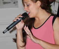 La cantante di All Music Band durante un'esibizione