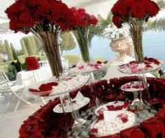 Confettata per il matrimonio con addobbi di rose rosse