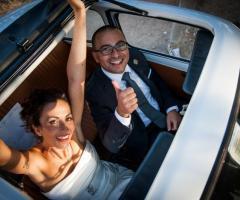 Foto degli sposi in macchina