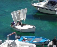 Gli sposi arrivano alla location in barca