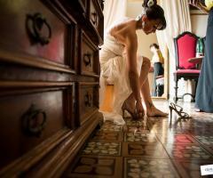 Sposa che indossa le scarpe per il matrimonio - Qualcosa di Blu