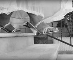 Dettagli della sposa che scende le scale