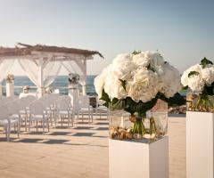 Fiori per la cerimonia di matrimonio sul mare
